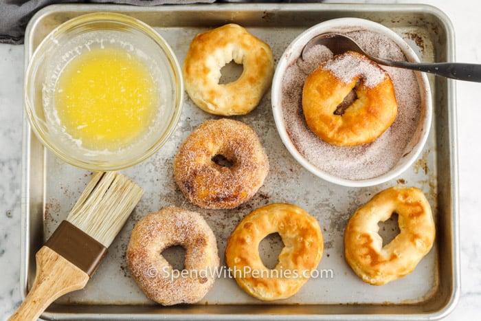 proceso de agregar canela y azúcar a Air Fryer Donuts