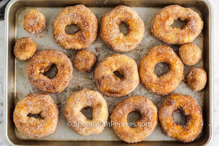 Donuts Air Fryer en una bandeja para hornear