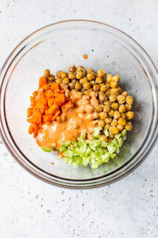 Ensalada de garbanzos con salsa picante, apio y zanahoria.