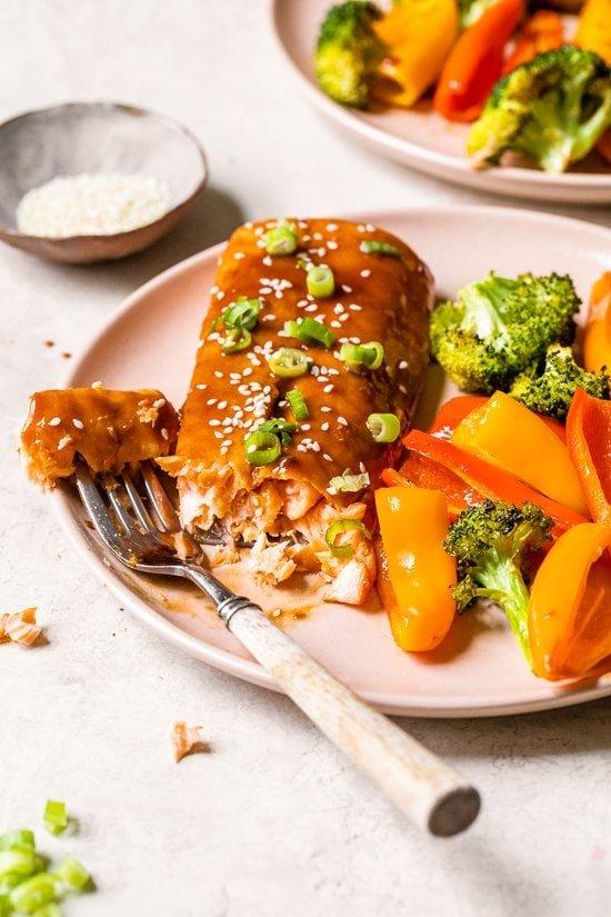 salmón teriyaki en un plato con tenedor