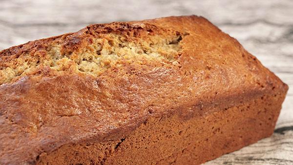 Pan de platano. Acompaña tus desayunos y meriendas con un delicioso pan esponjoso similar a un bizcocho. Una receta muy fácil de hacer.