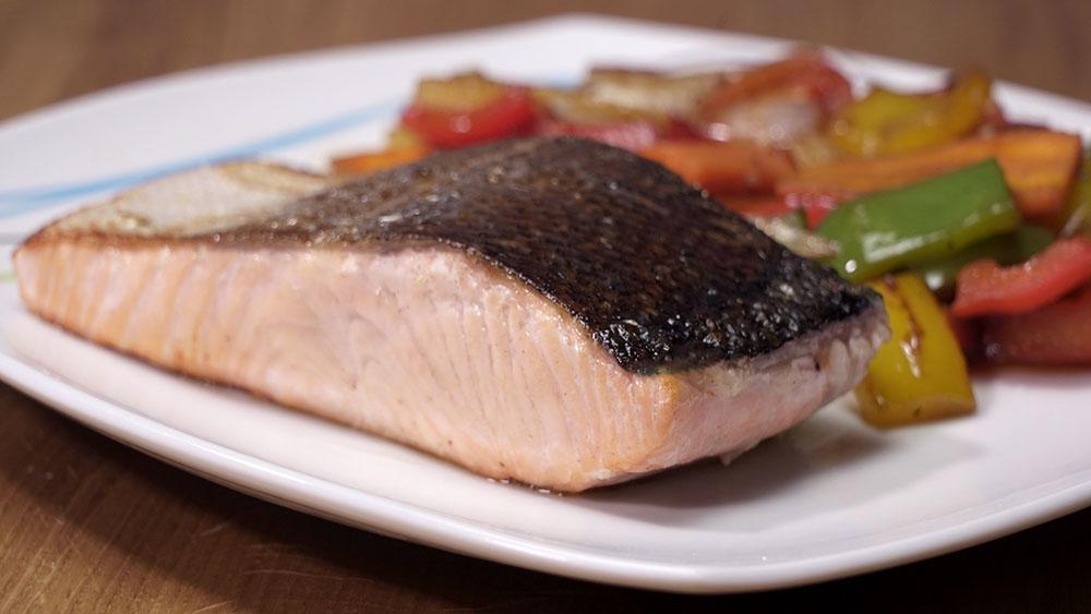 Salmon con verduras salteadas. Prepara de una forma fácil y rápida un plato delicioso y completo de salmón acompañado de verduras salteadas.