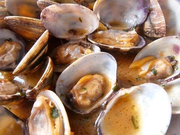 Las almejas a la marinera, es probablemente la forma más común de hacer almejas. Son una receta de cocina rapida de hacer. Además Es una comida que cuenta con muy pocos ingredientes