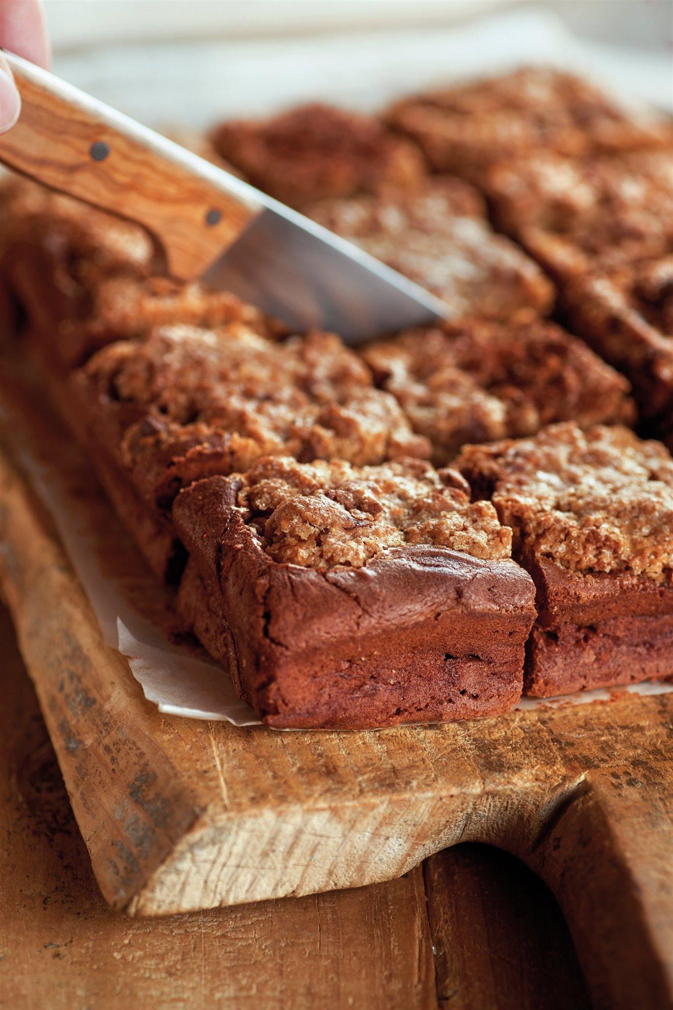 7. Cuece el brownie y corta en porciones