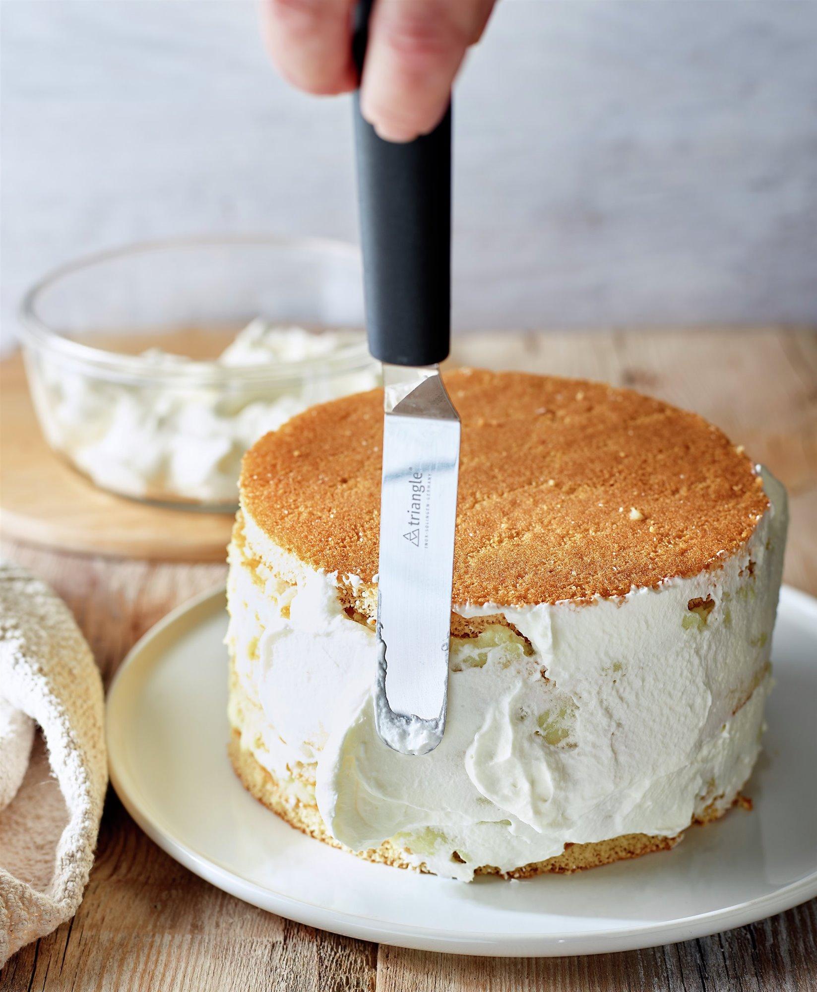 3. Cubre toda la tarta con nata montada
