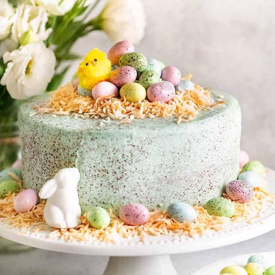 Pastel de Pascua en un estante blanco, listo para comer