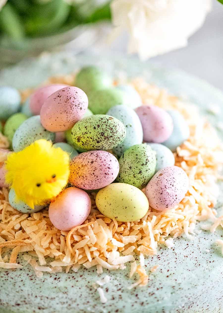 Un montón de mini huevos de Pascua manchados en un pastel de Pascua Ideas para decorar pasteles de Pascua