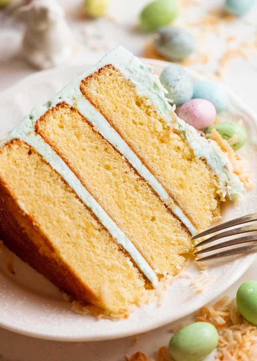 Cerca de rebanadas de pastel de Pascua en la bandeja