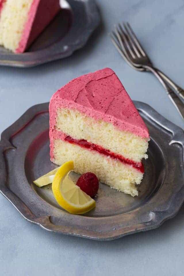 Coloque un trozo de pastel de limón y frambuesa en una bandeja para hornear de metal