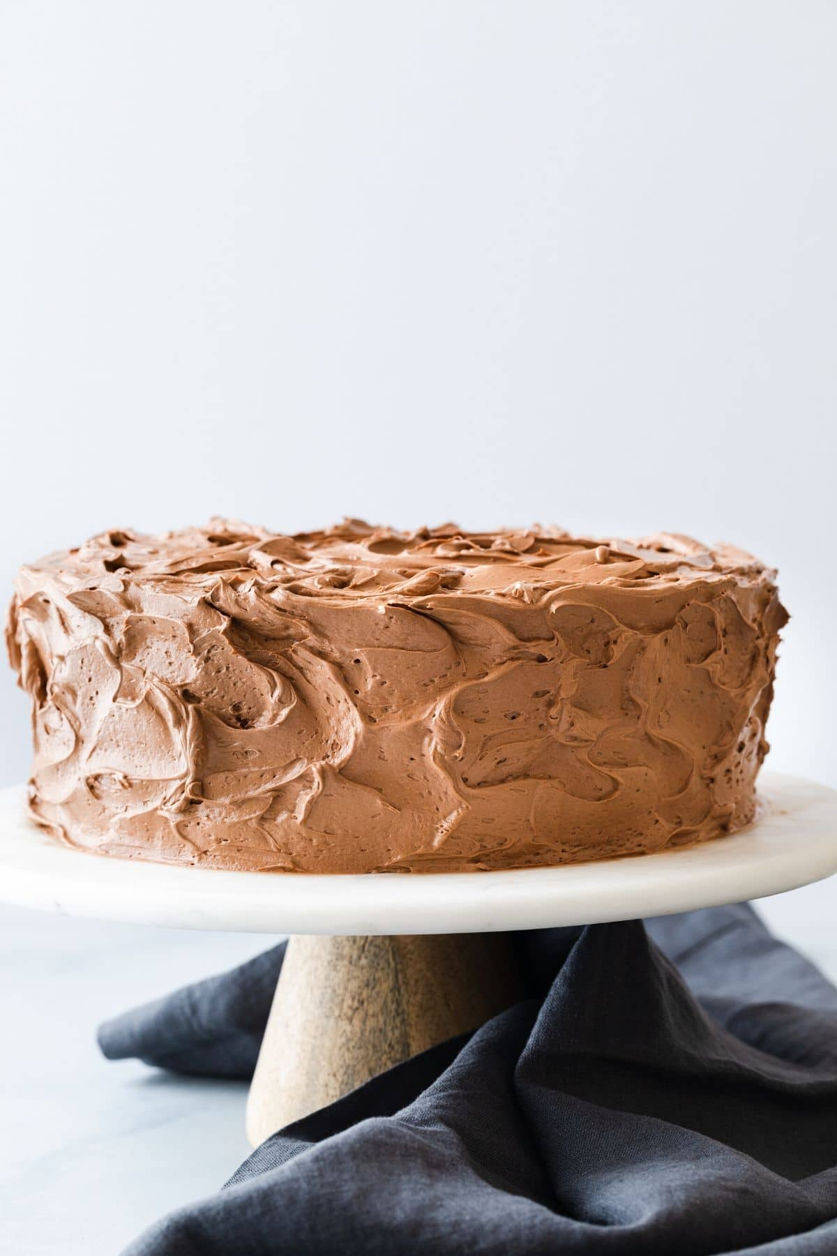 Pastel de mármol con glaseado de chocolate en el soporte de la torta