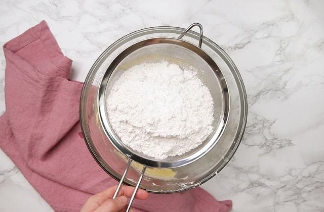 Tamizar la harina en la masa del bizcocho.